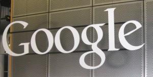 Điện toán đám mây là mảng kinh doanh đang phát triển rất nhanh và có rất nhiều công ty công nghệ lớn trên thế giới đang nhảy vào thị trường này. Nhưng điện toán đám mây không chỉ là lưu trữ dữ liệu, nhưng nó cũng có nhiều dịch vụ khác có thể mang lại lợi nhuận lớn cho công ty. Google cũng là một trong những công ty công nghệ lớn nhất phát triển điện toán đám mây doanh nghiệp. Gần đây, gã khổng lồ tìm kiếm đã âm thầm tung ra dịch vụ Google Cloud CDN (Content Delivery Network - mạng phân phối nội dung), để phục vụ cho các nhà phát triển nội dung và các ứng dụng, người ta muốn sản phẩm của bạn cho khách hàng trên toàn thế giới một cách nhanh chóng nhất. Google Cloud CDN sử dụng các máy chủ của Google trên toàn cầu, để giúp các nhà phát triển nội dung, trang web và các ứng dụng có thể mang sản phẩm của mình cho khách hàng trong lĩnh vực mà khoảng cách địa lý một nhanh nhất, thông qua truy cập từ các máy chủ của Google gần đó. Ví dụ, bạn có một dữ liệu lưu trữ trang web và trong các máy chủ ở Mỹ, một người dùng tại Việt Nam sẽ tốn nhiều băng thông hơn và có nhiều thời gian để truy cập vào dữ liệu đó. Tuy nhiên, nếu một máy chủ trong khu vực Đông Nam Á là sao lưu dữ liệu này, các truy cập sẽ nhanh hơn và tiết kiệm rất nhiều chi phí. Đây không phải là một dịch vụ mới, mà cả Amazon và Microsoft cũng có mạng CDN riêng của họ. Trong khi Amazon Web Services đã cung cấp CloudFront CDN, Microsoft Azure cũng cung cấp một dịch vụ CDN riêng biệt. Do đó, với dịch vụ Google Cloud CDN, tìm kiếm khổng lồ sẽ có thể tiếp tục cạnh tranh với các chủng tộc lớn khác của điện toán đám mây. Google đang liên tục cập nhật và bổ sung thêm các tính năng loại hình kinh doanh mới, điện toán đám mây của mình. Bên cạnh việc điều chỉnh giá của các dịch vụ để tiếp cận nhiều khách hàng. Google đã hợp tác với Akamai, một trong những công ty cung cấp dịch vụ trong CDN lớn nhất thế giới. Amazon CloudFront CDN cũng tuy nhiên được đánh giá là một mạng lưới chất lượng CDN và dịch vụ tốt nhất. Do đó cuộc đua mớ