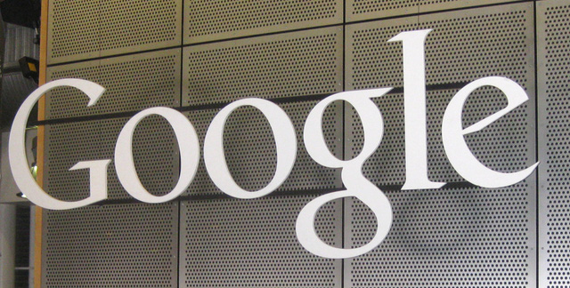 Điện toán đám mây là mảng kinh doanh đang phát triển rất nhanh và có rất nhiều công ty công nghệ lớn trên thế giới đang nhảy vào thị trường này. Nhưng điện toán đám mây không chỉ là lưu trữ dữ liệu, nhưng nó cũng có nhiều dịch vụ khác có thể mang lại lợi nhuận lớn cho công ty. Google cũng là một trong những công ty công nghệ lớn nhất phát triển điện toán đám mây doanh nghiệp. Gần đây, gã khổng lồ tìm kiếm đã âm thầm tung ra dịch vụ Google Cloud CDN (Content Delivery Network - mạng phân phối nội dung), để phục vụ cho các nhà phát triển nội dung và các ứng dụng, người ta muốn sản phẩm của bạn cho khách hàng trên toàn thế giới một cách nhanh chóng nhất.  Google Cloud CDN sử dụng các máy chủ của Google trên toàn cầu, để giúp các nhà phát triển nội dung, trang web và các ứng dụng có thể mang sản phẩm của mình cho khách hàng trong lĩnh vực mà khoảng cách địa lý một nhanh nhất, thông qua truy cập từ các máy chủ của Google gần đó. Ví dụ, bạn có một dữ liệu lưu trữ trang web và trong các máy chủ ở Mỹ, một người dùng tại Việt Nam sẽ tốn nhiều băng thông hơn và có nhiều thời gian để truy cập vào dữ liệu đó. Tuy nhiên, nếu một máy chủ trong khu vực Đông Nam Á là sao lưu dữ liệu này, các truy cập sẽ nhanh hơn và tiết kiệm rất nhiều chi phí. Đây không phải là một dịch vụ mới, mà cả Amazon và Microsoft cũng có mạng CDN riêng của họ. Trong khi Amazon Web Services đã cung cấp CloudFront CDN, Microsoft Azure cũng cung cấp một dịch vụ CDN riêng biệt. Do đó, với dịch vụ Google Cloud CDN, tìm kiếm khổng lồ sẽ có thể tiếp tục cạnh tranh với các chủng tộc lớn khác của điện toán đám mây. Google đang liên tục cập nhật và bổ sung thêm các tính năng loại hình kinh doanh mới, điện toán đám mây của mình. Bên cạnh việc điều chỉnh giá của các dịch vụ để tiếp cận nhiều khách hàng. Google đã hợp tác với Akamai, một trong những công ty cung cấp dịch vụ trong CDN lớn nhất thế giới. Amazon CloudFront CDN cũng tuy nhiên được đánh giá là một mạng lưới chất lượng CDN và dịch vụ tốt nhất. Do đó cuộc đua m